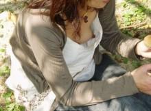 いくら暑いからって胸元ガバガバ過ぎワロタwww夏の胸チラは乳首が見えることもあるんだなwww