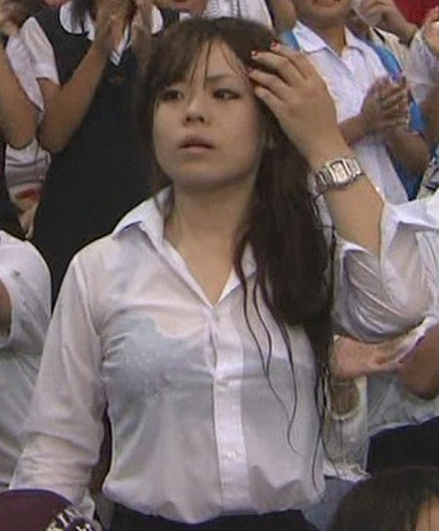 この透けブラは反則だろwww雨で濡れたシャツだと興奮度が桁違いだなwww(15枚)その1