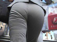 これは痴漢不可避wwwパンチラしないようにパンツスーツにしたのに…パツンパツンの尻は触られても文句言えんやろwww