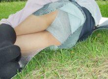 【公園パンチラエロ画像】秋のパンチラシーズン到来!公園の芝生の上はヤバいくらいパンツ見えるぞww