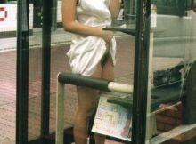 これが昭和の露出狂かよwww今や激減した電話BOXで裸になってる変態www