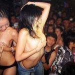 【クラブエロ画像】すげーwwwビッチばっかwwwテンション上がって乳首見せることもあるクラブのノリが好きンゴwww