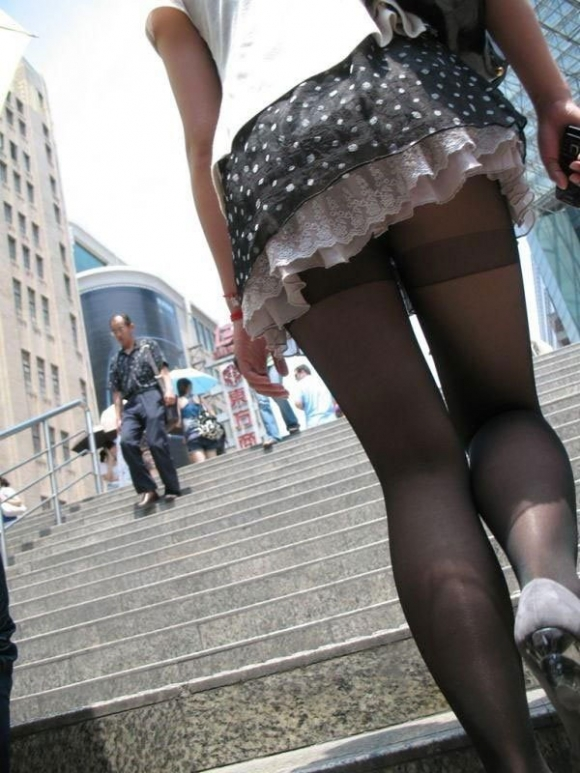 【黒パンストエロ画像】黒パンストから溢れるエロスがっぱねーwwwこんな綺麗な脚でチンポ踏まれてみたいよなwww その1