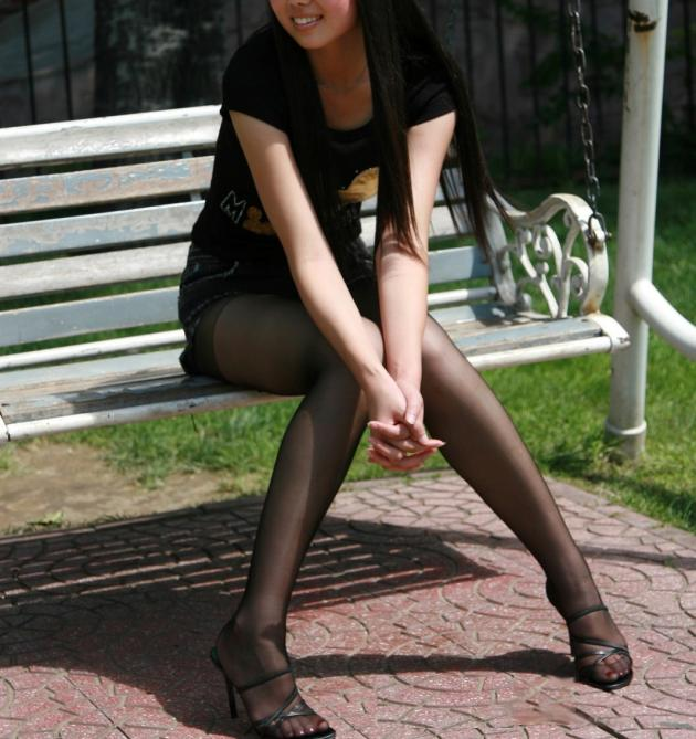 【黒パンストエロ画像】黒パンストから溢れるエロスがっぱねーwwwこんな綺麗な脚でチンポ踏まれてみたいよなwww その5