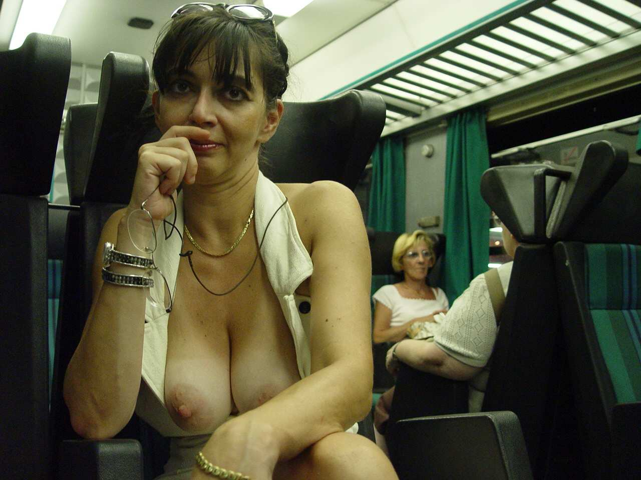 【電車内露出エロ画像】電車やバスの中でおっぱい出したくなるのは日本人だけじゃないようだwwww その2