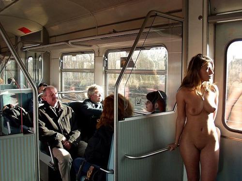 【電車内露出エロ画像】電車やバスの中でおっぱい出したくなるのは日本人だけじゃないようだwwww その8