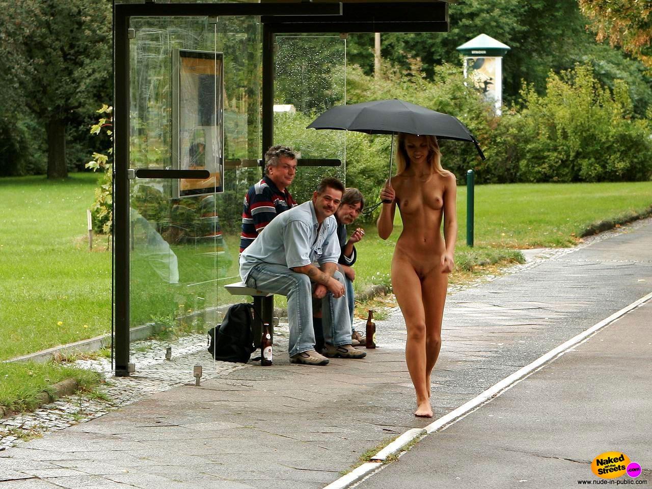 【雨の露出狂エロ画像】オマイラ、河童かよwww雨が降るとテンション上がる全裸の外国人www その16