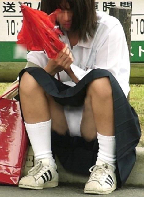 【JKパンチラエロ画像】近ごろの女子高生は本当お行儀悪いよなww下半身ゆるゆるでパンツまる見えだぜwww その3