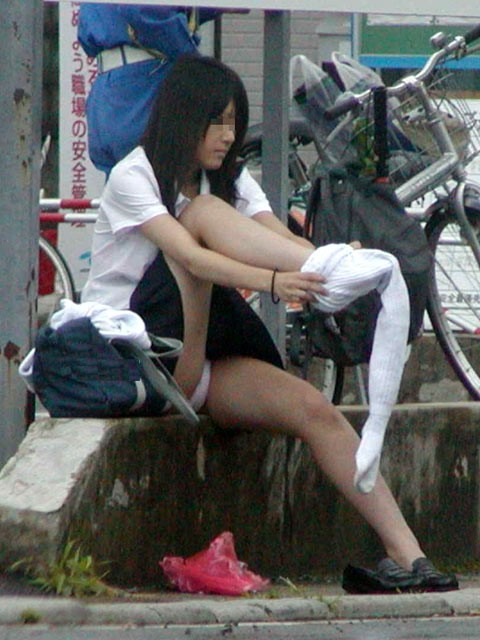 【JKパンチラエロ画像】近ごろの女子高生は本当お行儀悪いよなww下半身ゆるゆるでパンツまる見えだぜwww その4