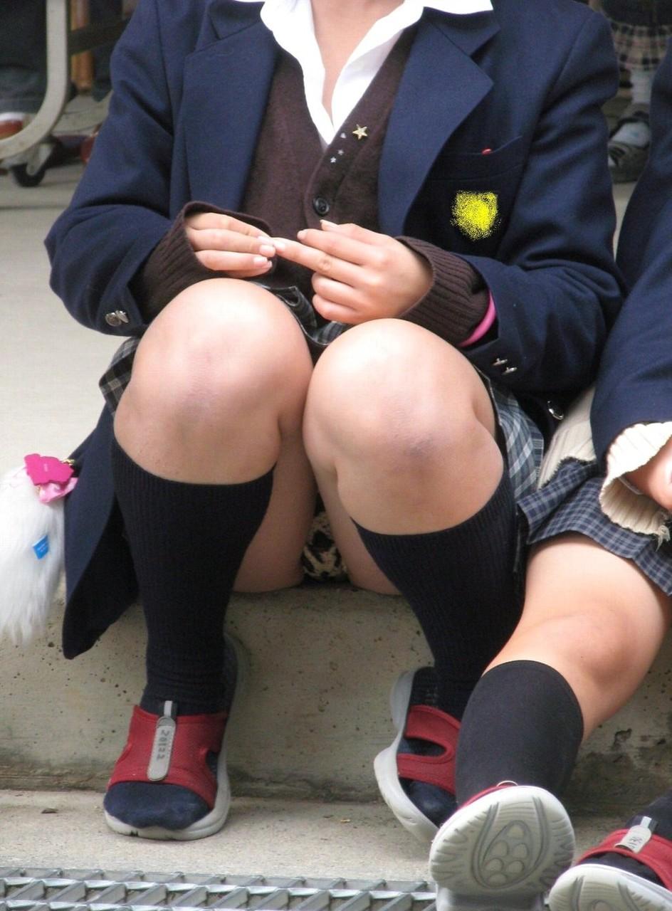 【JKパンチラエロ画像】近ごろの女子高生は本当お行儀悪いよなww下半身ゆるゆるでパンツまる見えだぜwww その5