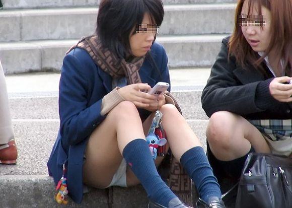 【JKパンチラエロ画像】近ごろの女子高生は本当お行儀悪いよなww下半身ゆるゆるでパンツまる見えだぜwww その8