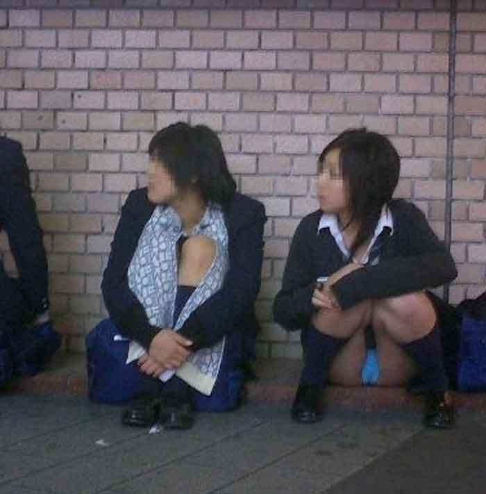 【JKパンチラエロ画像】近ごろの女子高生は本当お行儀悪いよなww下半身ゆるゆるでパンツまる見えだぜwww その10