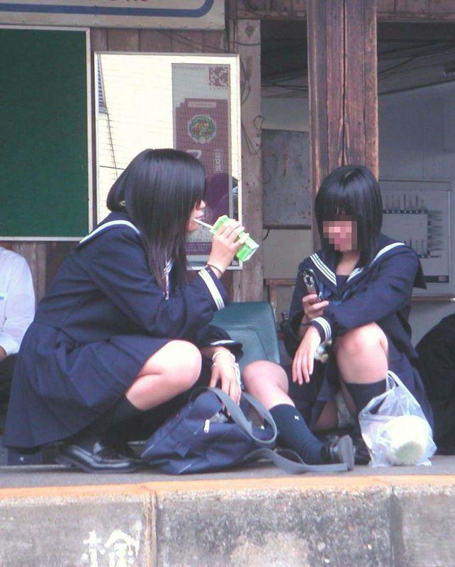 【JKパンチラエロ画像】近ごろの女子高生は本当お行儀悪いよなww下半身ゆるゆるでパンツまる見えだぜwww その11