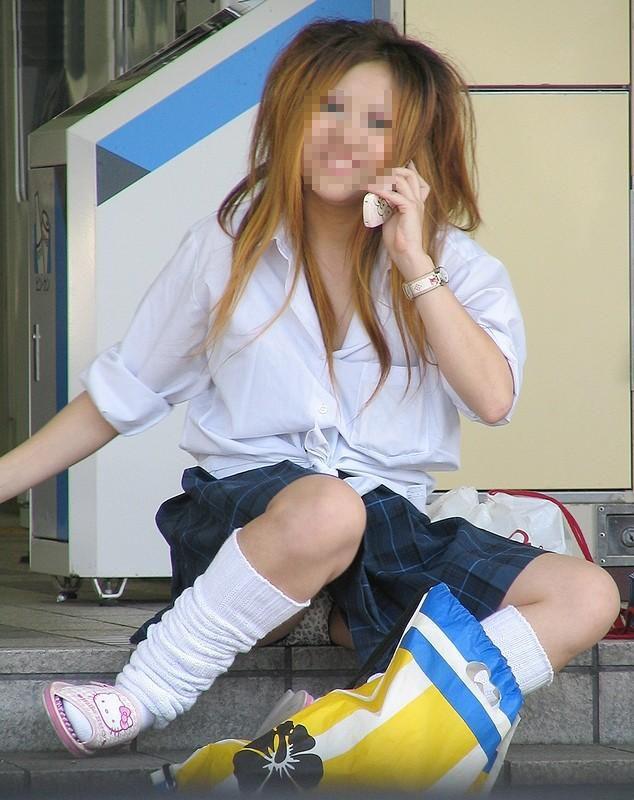 【JKパンチラエロ画像】近ごろの女子高生は本当お行儀悪いよなww下半身ゆるゆるでパンツまる見えだぜwww その13