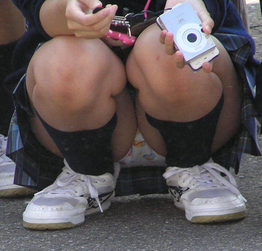 【JKパンチラエロ画像】近ごろの女子高生は本当お行儀悪いよなww下半身ゆるゆるでパンツまる見えだぜwww その15