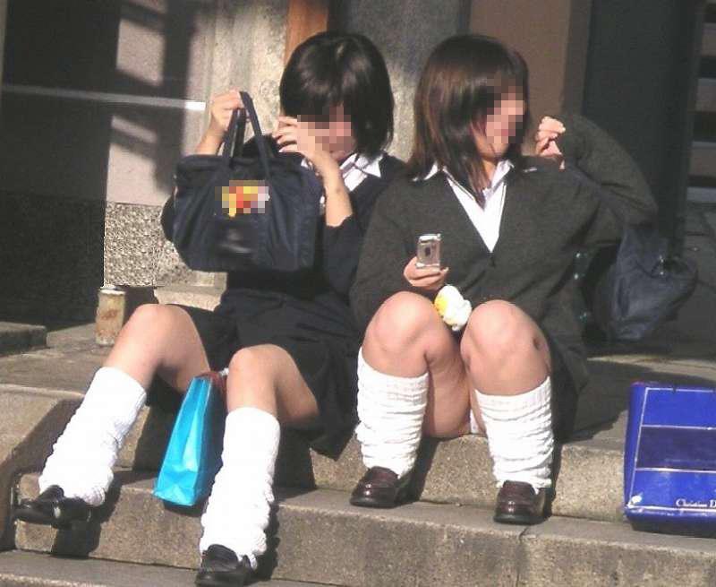 【JKパンチラエロ画像】近ごろの女子高生は本当お行儀悪いよなww下半身ゆるゆるでパンツまる見えだぜwww その17