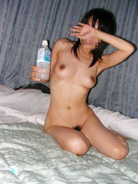 【SEX事後エロ画像】潮でも吹き過ぎたのか!?セックスが終わって水分補給してるま~ん(笑) その10