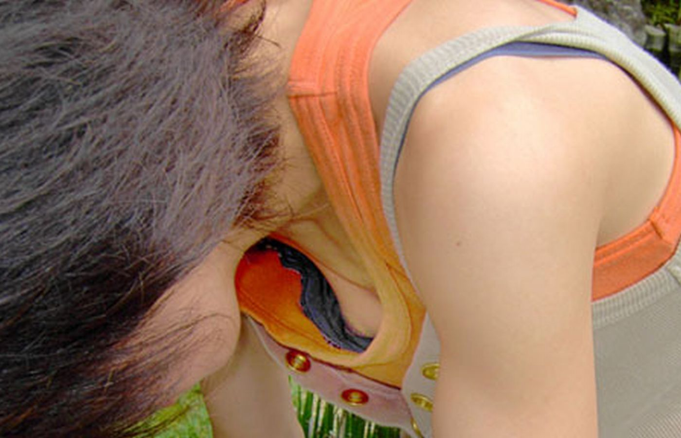 【胸チラエロ画像】乳首が溢れることもある胸チラが豪快すぎて目が離せねーwwww その3