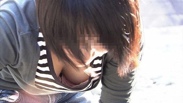 【胸チラエロ画像】乳首が溢れることもある胸チラが豪快すぎて目が離せねーwwww その6