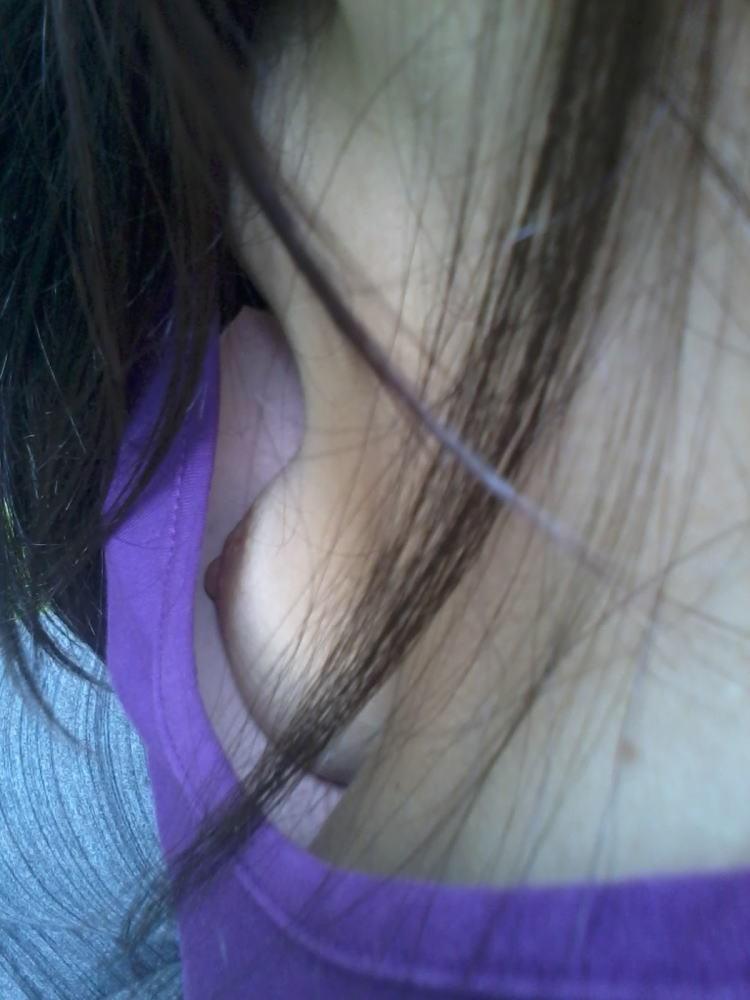 【胸チラエロ画像】乳首が溢れることもある胸チラが豪快すぎて目が離せねーwwww その11
