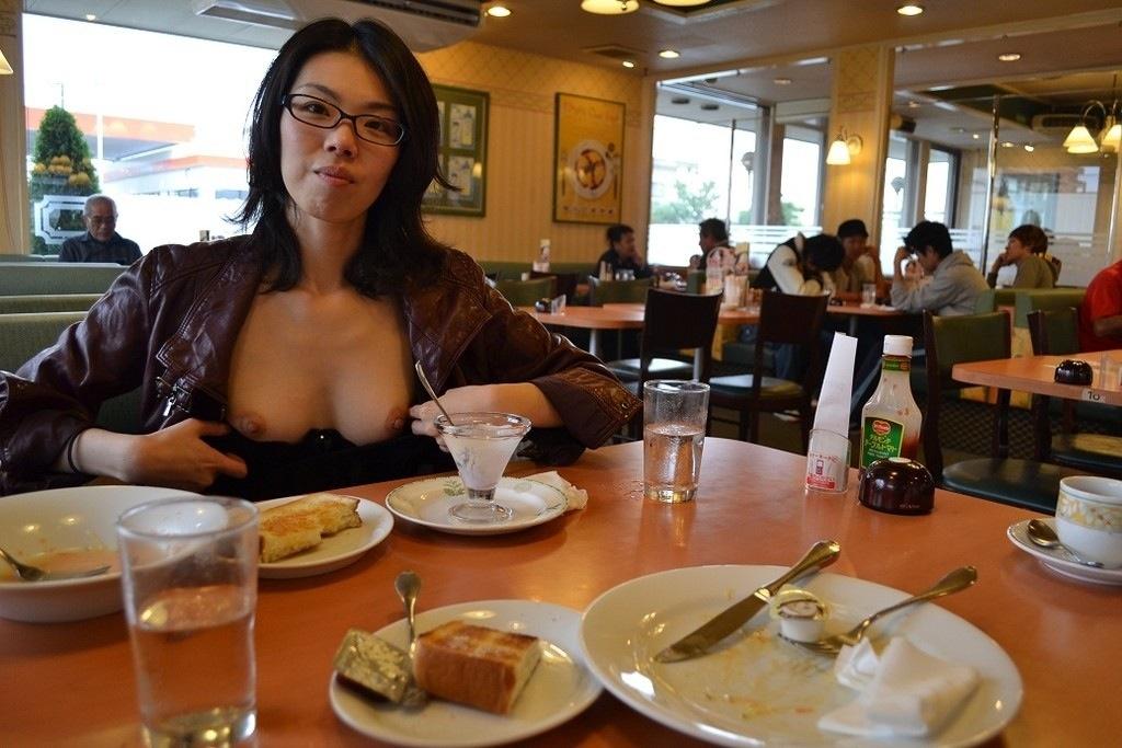 【店内露出エロ画像】食欲と性欲の混同…飲食店で裸になる変態が完全に営業妨害なんだがwww その7