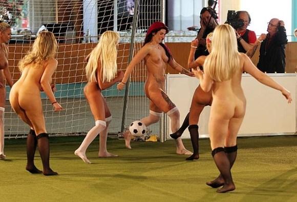 【全裸スポーツエロ画像】陽気な外国人の全裸スポーツがアホすぎて笑いながらチンポ勃つわwww その10