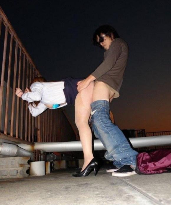 【青姦エロ画像】いくら夜だからって…尋常じゃない場所でセクロスしてるカップルwww その8