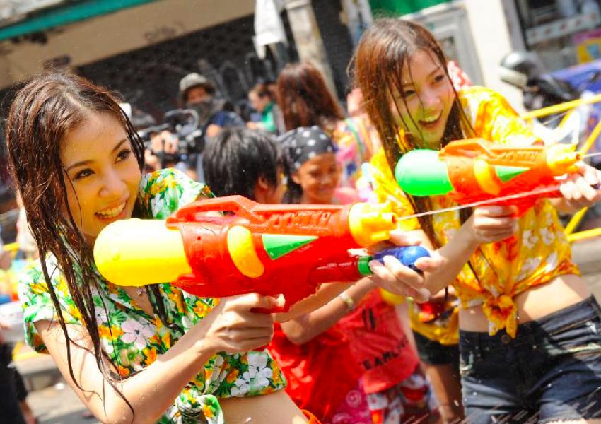 【お祭りエロ画像】日本完全敗北wwwタイの水掛け祭りが尋常じゃなくエロいwww その4