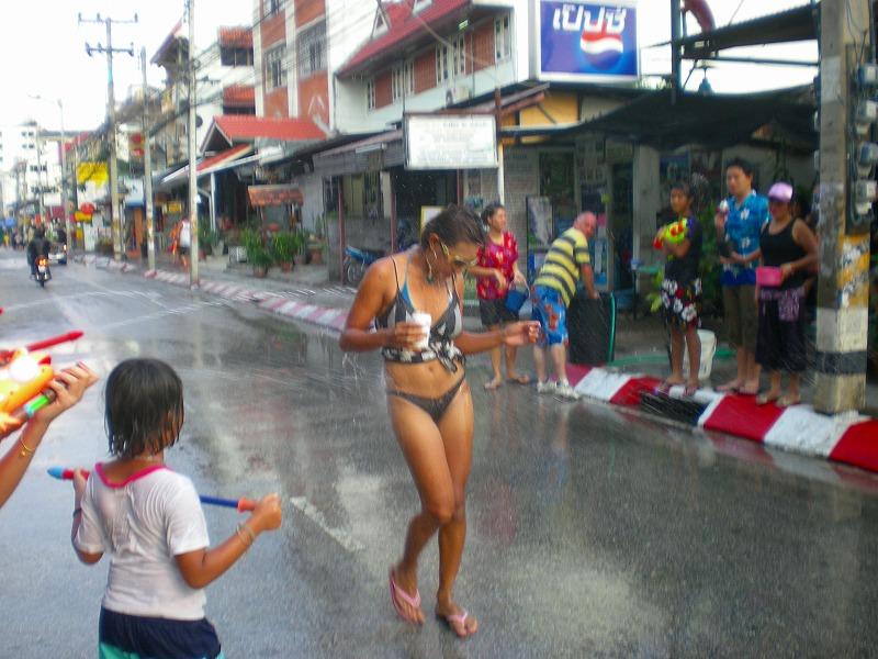 【お祭りエロ画像】日本完全敗北wwwタイの水掛け祭りが尋常じゃなくエロいwww その6