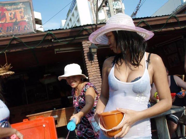 【お祭りエロ画像】日本完全敗北wwwタイの水掛け祭りが尋常じゃなくエロいwww その7