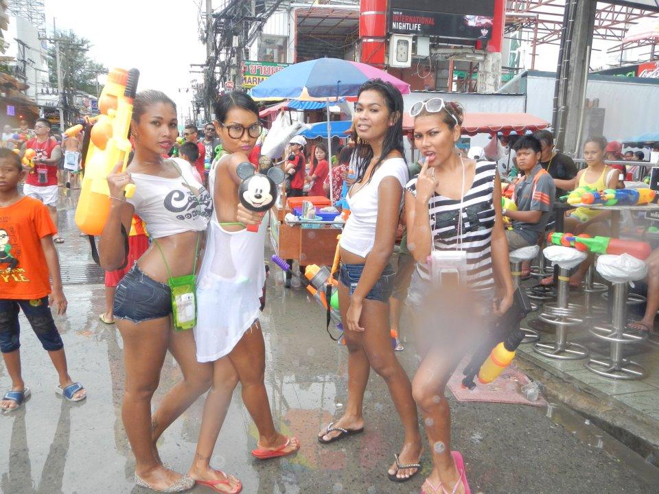 【お祭りエロ画像】日本完全敗北wwwタイの水掛け祭りが尋常じゃなくエロいwww その9
