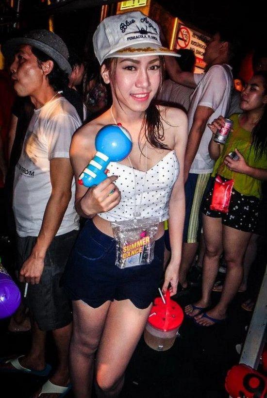 【お祭りエロ画像】日本完全敗北wwwタイの水掛け祭りが尋常じゃなくエロいwww その11