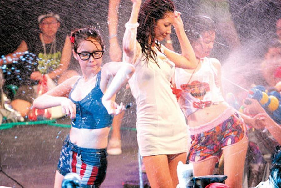 【お祭りエロ画像】日本完全敗北wwwタイの水掛け祭りが尋常じゃなくエロいwww その14