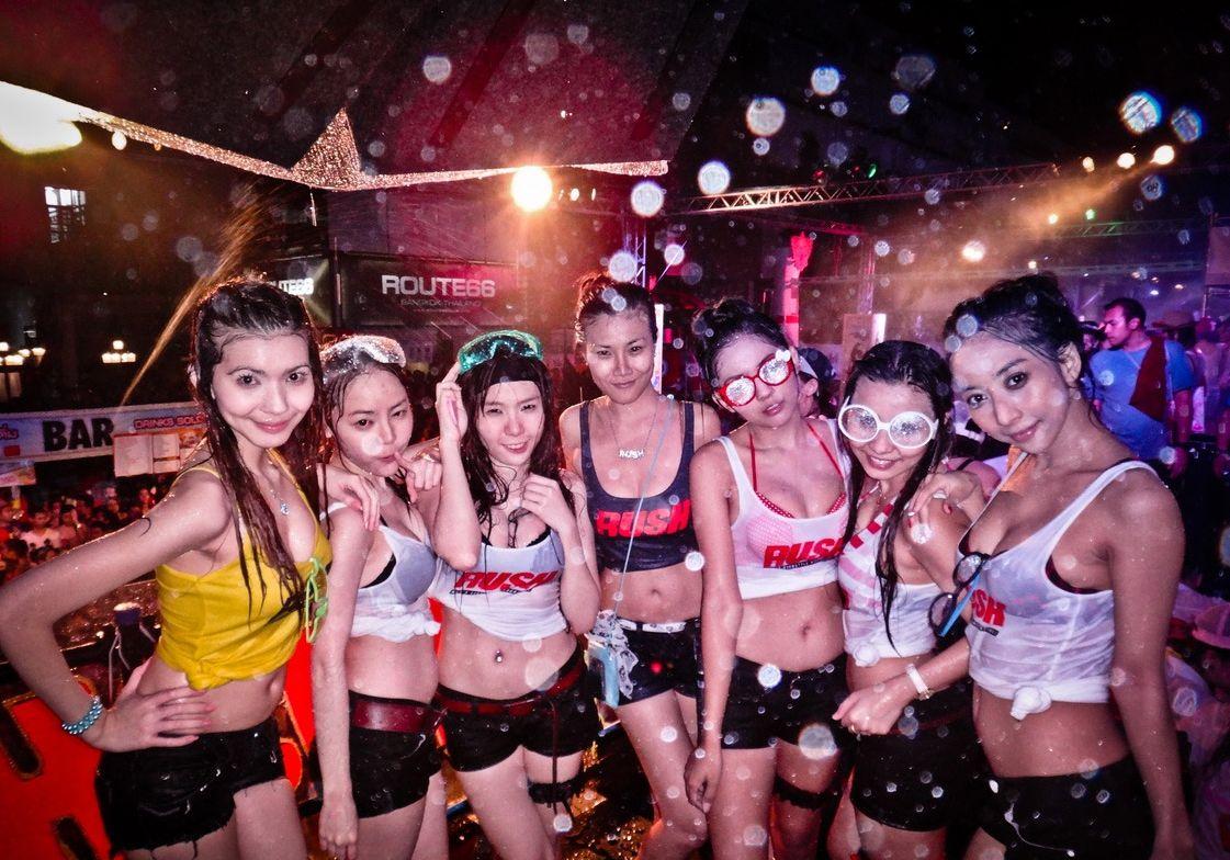 【お祭りエロ画像】日本完全敗北wwwタイの水掛け祭りが尋常じゃなくエロいwww その17