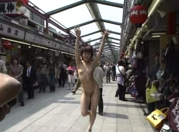 【野外露出エロ画像】こいつらどうかしてやがる…人の多い商店街とかで裸になる露出狂がぶっ飛びすぎwww その5
