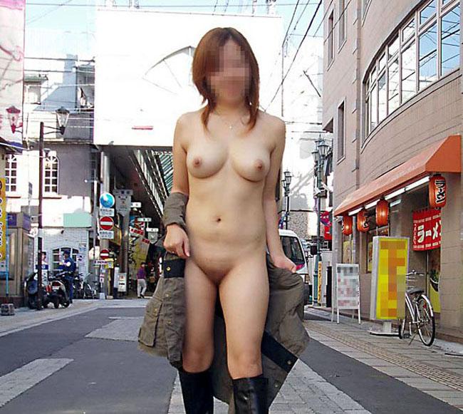 【野外露出エロ画像】こいつらどうかしてやがる…人の多い商店街とかで裸になる露出狂がぶっ飛びすぎwww その9