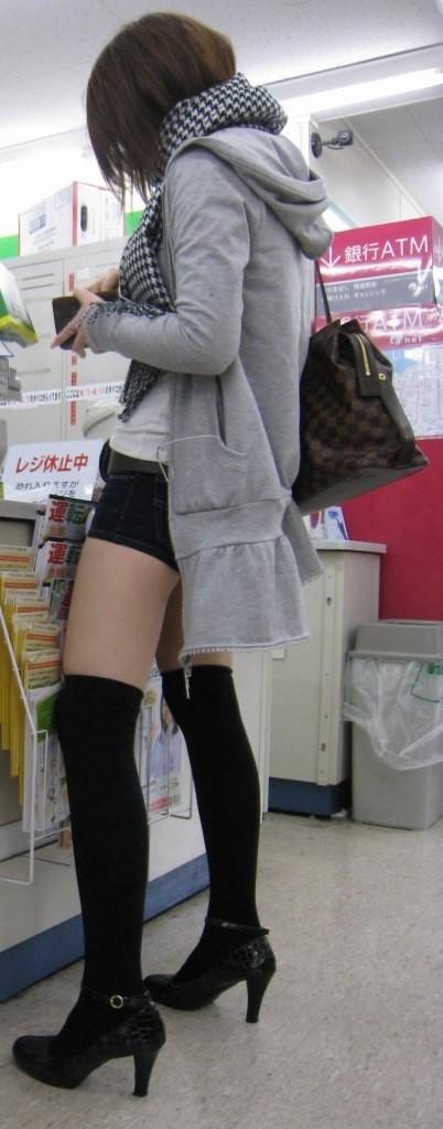 【美脚エロ画像】寒くなってきてもミニスカやショーパンで頑張るおねーさんの大胆に露出した美脚がやべーwww その6