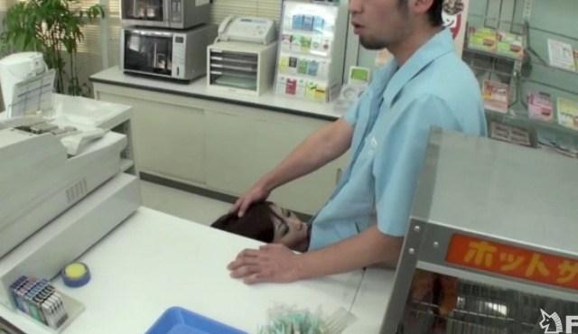 【店内SEXエロ画像】フリーターを辞められない理由がコレwwwバイト中に店内でエッチしちゃうリア充www その12