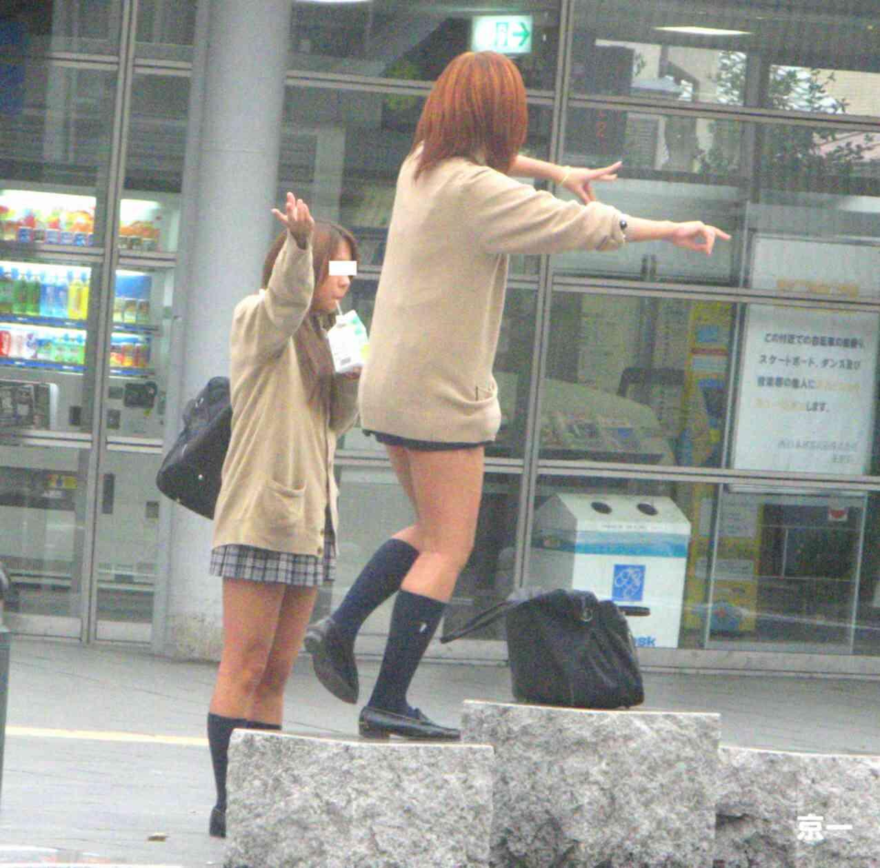【カーディガンJKエロ画像】カーディガンにミニスカ!大胆に生脚を露出する秋の女子高生がめっちゃシコれるンゴwww その12