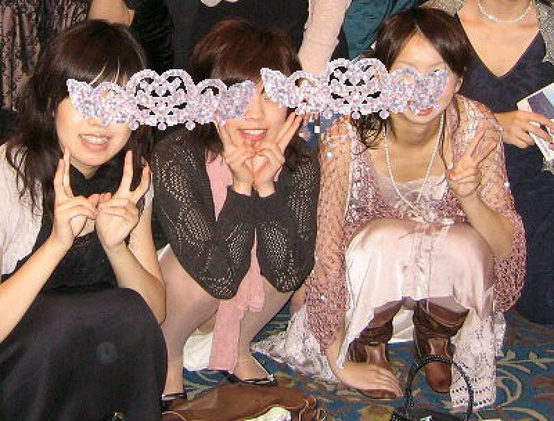 【集合パンチラ】ぐぅ~ビッチくせぇ~!!集合写真でパンチラしちゃうリア充女子は絶対処女膜破られてるよなwww その12