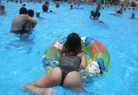 【子連れママ水着エロ画像】この夏、子連れママのスケベな水着を見逃した方へ!経産婦独特の尻がたまらんなwww(15枚)その1