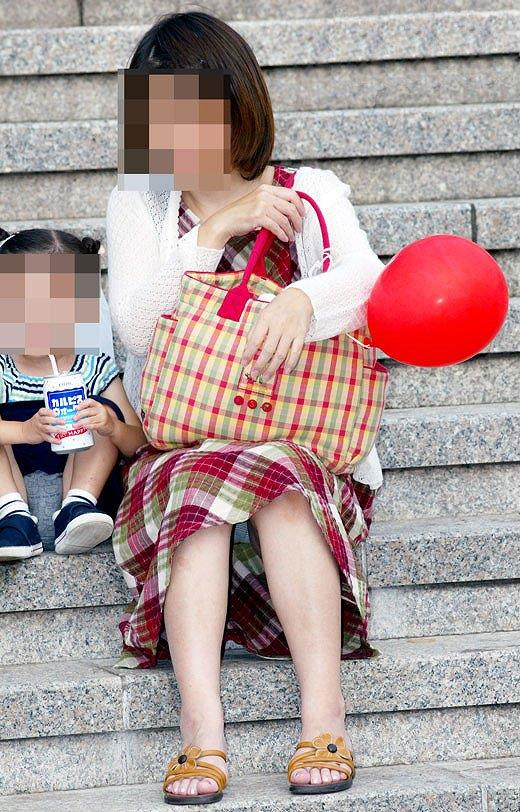【子連れママパンチラエロ画像】公園で子供を遊ばせてるおかーさん、パンツまる見えですよwww その1