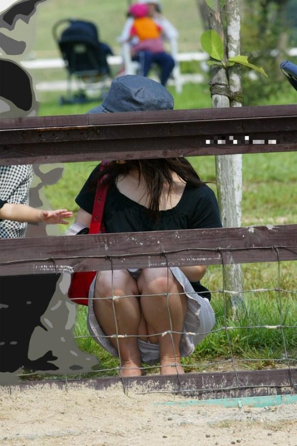 【子連れママパンチラエロ画像】公園で子供を遊ばせてるおかーさん、パンツまる見えですよwww その4