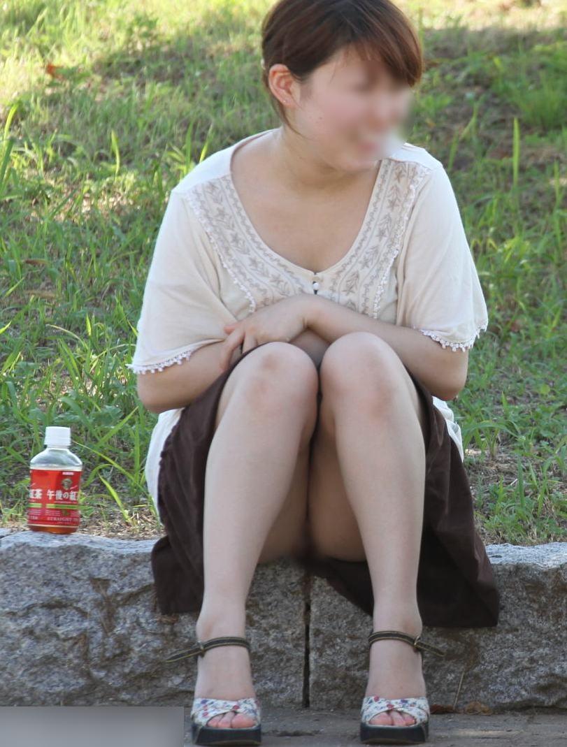 【子連れママパンチラエロ画像】公園で子供を遊ばせてるおかーさん、パンツまる見えですよwww その6