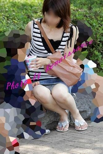 【子連れママパンチラエロ画像】公園で子供を遊ばせてるおかーさん、パンツまる見えですよwww その8