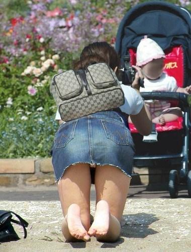 【子連れママパンチラエロ画像】公園で子供を遊ばせてるおかーさん、パンツまる見えですよwww その11