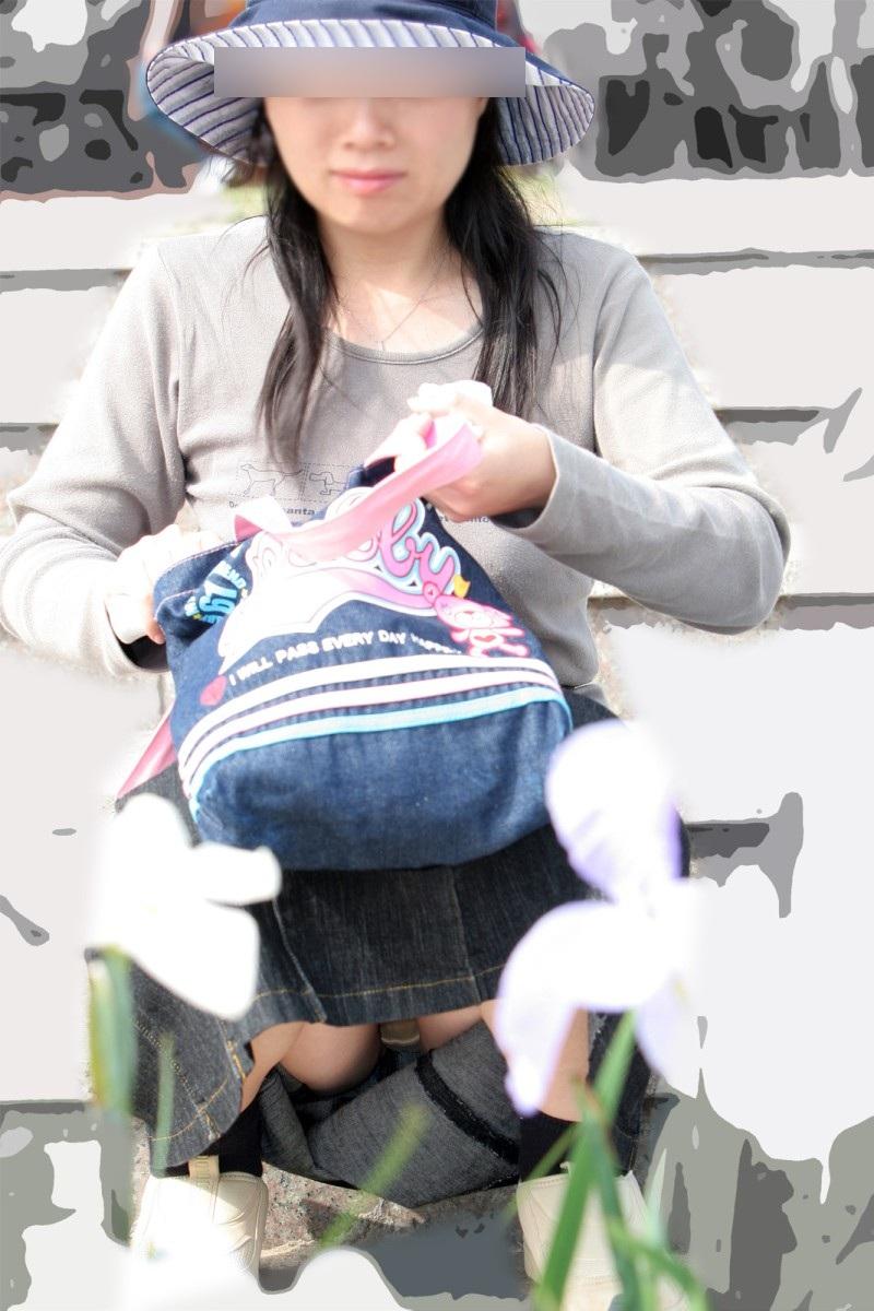 【子連れママパンチラエロ画像】公園で子供を遊ばせてるおかーさん、パンツまる見えですよwww その12