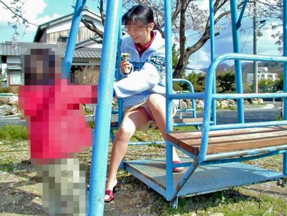 【子連れママパンチラエロ画像】公園で子供を遊ばせてるおかーさん、パンツまる見えですよwww その13