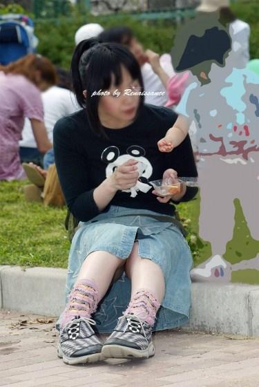 【子連れママパンチラエロ画像】公園で子供を遊ばせてるおかーさん、パンツまる見えですよwww その14