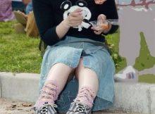 公園で子供を遊ばせてるおかーさん、パンツまる見えですよwww